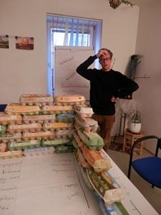Alexander denkt über das fertige Haus beim Prototypenbau nach.