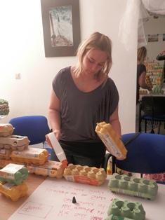Bettina klebt die Eierkartons des Prototypen