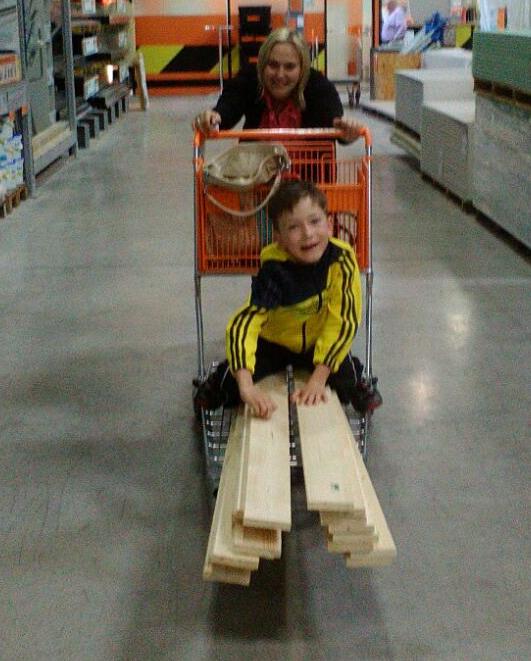 Das Bild zeigt Bettina und Martin beim Einkauf im Baumarkt Hornbach.