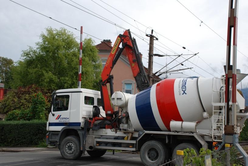 Das Foto zeigt einen Betonmisch LKW, der mit seinem Kranaufbau die Oberleitung der Eisenbahn gerammt hat.