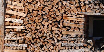 Das Foto zeigt einen Holzstoß vor einem Haus