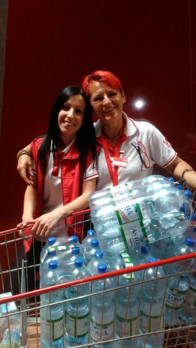 Zwei Mitarbeiterinnen des Interspar Leoben bei der Übergabe des Mineralwassers