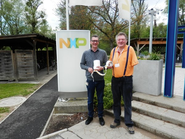 Das Foto zeigt Christian Schwar und Klaus D. Tolliner bei der RFID Tag Übergabe bei nxp in Gratkorn