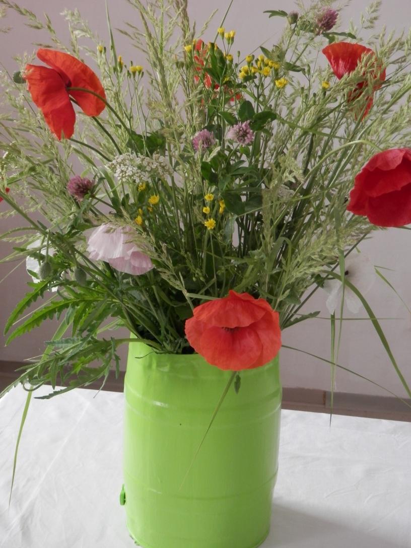 Das Foto zeigt einen Sommer Blumenstrauß mit Mohn und Gräsern