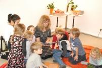 Die Kinder lauschen der Weihnachtsgeschichte.