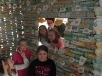 Die Kinder haben eine sichtbare Freude mit dem Haus.